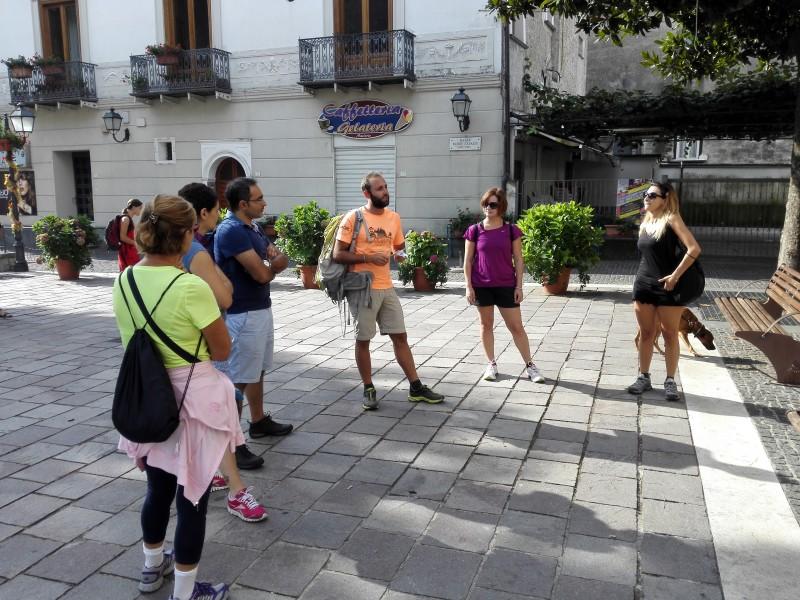 Unsere Gruppe mit Tourguide in orangen Shirt und Tourhund