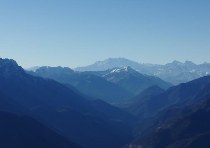 In der Ferne der höchste Berg der Schweiz, die Dufor Spitze